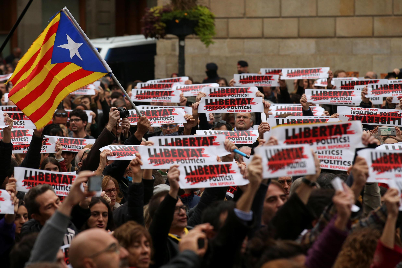 Манифестанты у здания регионального правительства в Барселоне, 8 ноября 2017.