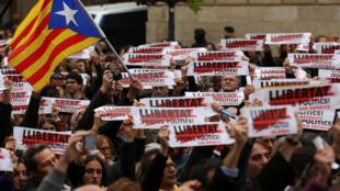 Manifestantes exigen la libertad de los presos independentistas durante la demostración ante la sede del gobierno regional en Barcelona, 8 de noviembre 2017.