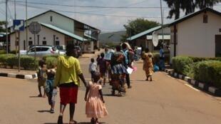 Un groupe de réfugiés burundais au poste frontière de Nemba. Jeudi 15 octobre, plus de 400 réfugiés burundais sont rentrés dans leur pays dans le cadre d'un accord tripartite entre le Rwanda, le HCR et le Burundi.