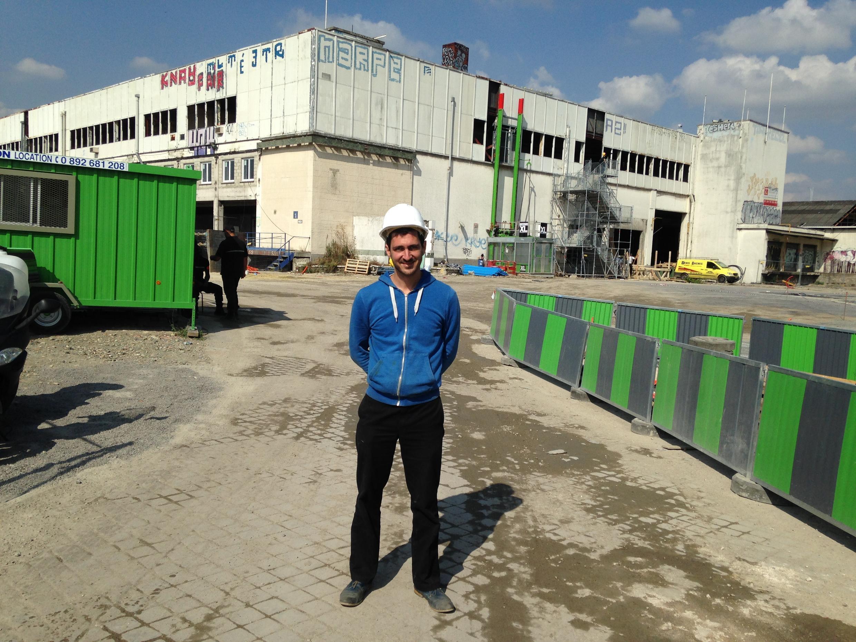 O jovem arquiteto francês, Julien Beller, nos locais do futuro centro de refugiados parisiense.