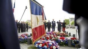 Cerimônia no Arco do Triunfo, em Paris, para lembrar o fim da Segunda Guerra Mundial.
