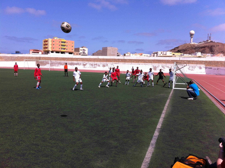 Lance do jogo entre o Efiz e o Minifute, duas equipes de futebol sub-14 da Ilha do Sal, em Cabo Verde.