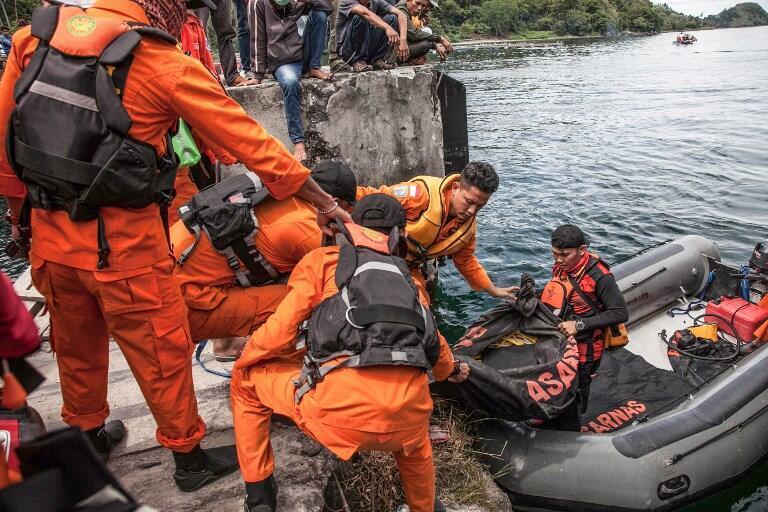 Les 400 secouristes déployés sur place participent à la recherche des corps, mais apportent également leur soutien à la population locale près du lac volcanique de Toba, en Indonésie, le 20 juin 2018.