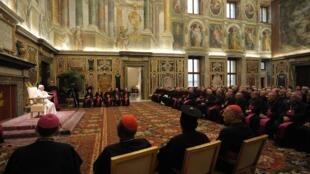 Le pape Benoît XVI (g) pendant l'audience de Congrégation pour la cause des saints, dans la Salle Clémentine, au Vatican, le 19 décembre 2009.