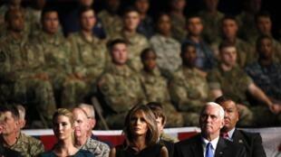 O discurso do presidente Trump sobre o Afganistãosur l'Afghanistan com ensenação especial numa base militar, dia 21 de Agosto de 2017.