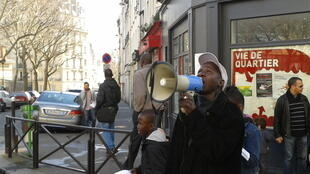 Liste sans voix, Anzoumane Sissoko campaigns in the streets of Paris.