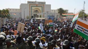 Uma multidão participou de protesto contra o Boko Haram, no dia 17 de fevereiro de 2015, na capital do Níger.