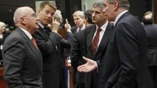 Os ministros das Relações Exteriores dos países da União Europeia reunidos em Bruxelas nesta segunda-feira.