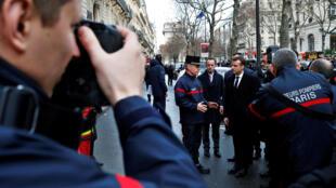 图为法国总统马克龙2018年12月2日察看黄衫运动中暴力破坏遗迹