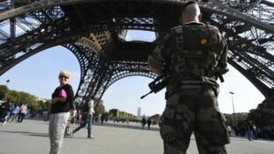 Dans le cadre du plan Vigipirate, des militaires patrouillent sous la Tour Eiffel, à Paris, France.