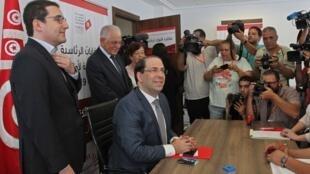Le Premier ministre tunisien Youssef Chahed dépose son dossier de candidature à l'élection présidentielle, à Tunis, le 9 août 2019.