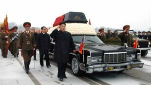 Kim Jong-un accompagne le cortège funéraire de l'enterrement de son père, l'ancien leader nord-coréen Kim Jong-il, le 28 décembre 2011.
