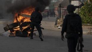 La police démentelant une barricade à Abidjan à proximité de la maison de Henri Konan Bedié, le 3 novembre 2020.