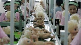 Dây chuyền sản xuất búp bê tại một nhà máy đồ chơi ở Quảng Đông (ảnh tư liệu chụp năm 2007). Lao động giá rẻ nay không còn là lợi thế của Trung Quốc.