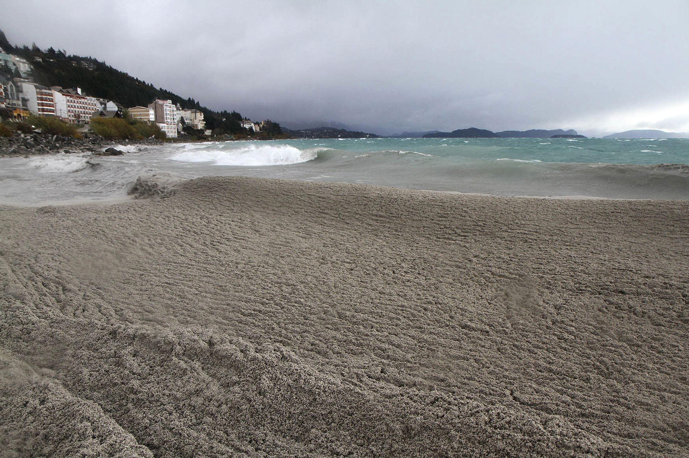 O Lago Nahuel Huapi, em Bariloche, famoso por suas águas azul-turquesa, foi invandido pelas cinzas da erupção do Vulcão Puyehue.