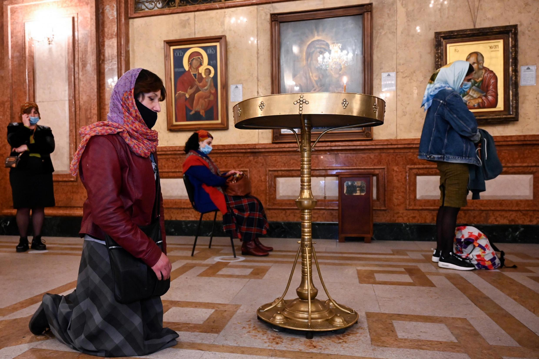 Верующие в одном их храмов в Тбилиси. 18 апреля 2020 г.