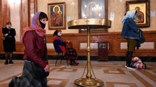 Creyentes ortodoxos georgianos intentan respetar la distancia sanitaria durante un servicio la víspera de la Pascua ortodoxa en  Tbilisi, el 18 de abril 2020.