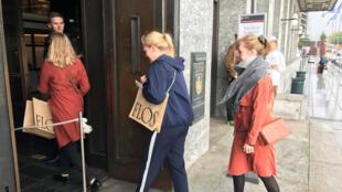 Des électeurs norvégiens se présentent au bureau de vote de l'Hôtel de ville d'Oslo, pour les élections législatives du 10 septembre 2017.