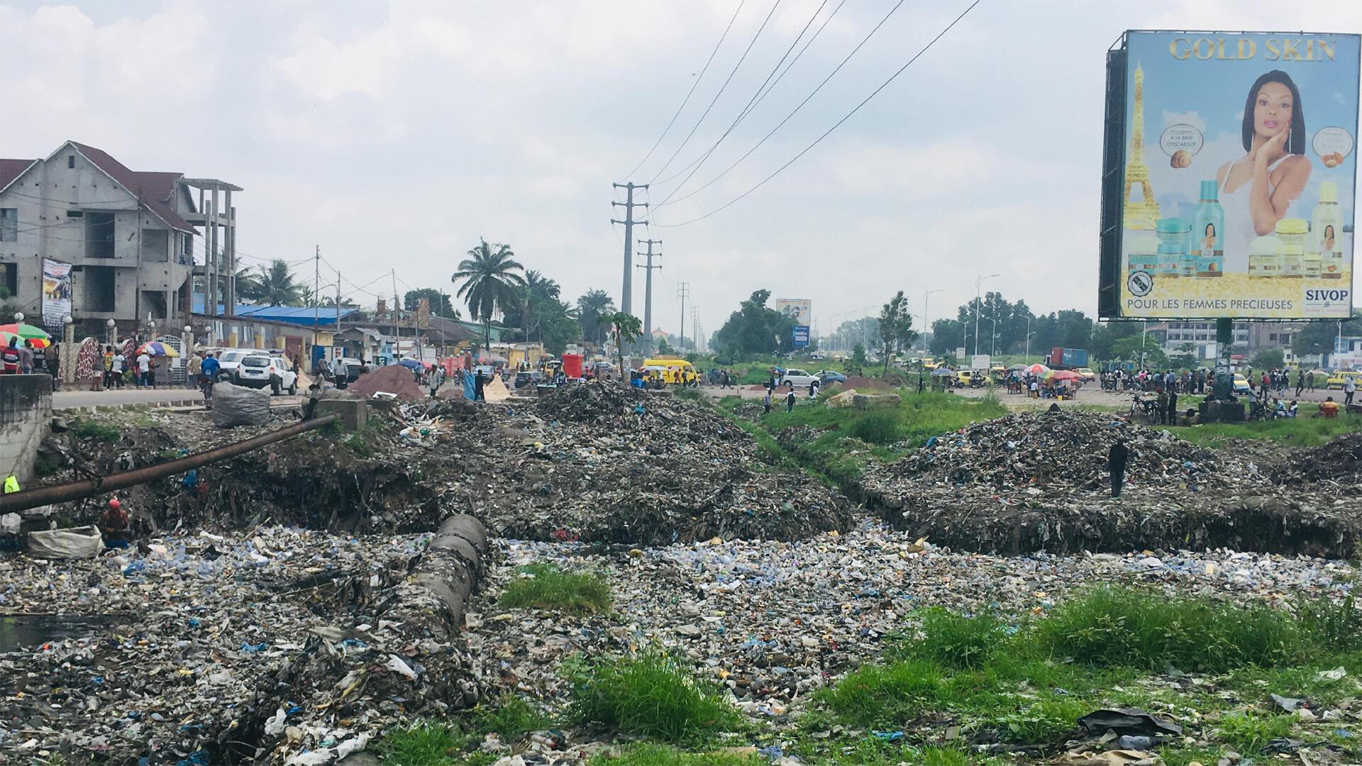 Kinshasa, mégalopole de plus de 12 millions d'habitants, voit ses rivières transformées en décharges à ciel ouvert.
