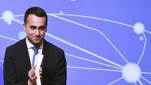 Le président du Mouvement 5 Étoiles, ministre italien du Travail et de l'Industrie et vice-Premier ministre Luigi Di Maio présente sa loi sur le «revenu de citoyenneté» lors d'une réunion à Rome le 22 janvier 2019.