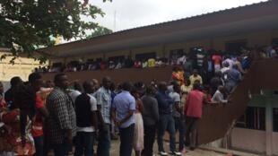 Eleitores gaboneses esperam para votar.