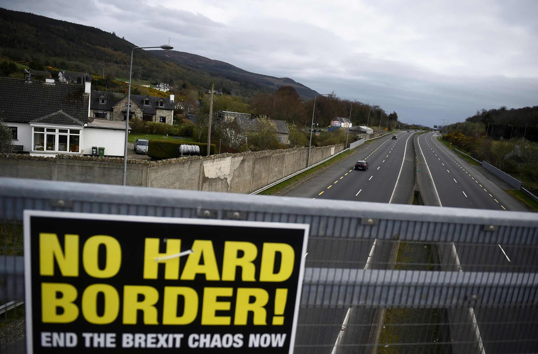 O acordo do Brexit negociado entre Bruxelas Londres, mas chumbado três vezes pelo parlamento britânico, previa um dispositivo chamado «rede de segurança» que deveria evitar a reedificação de uma fronteira física entre a Irlanda do Norte e a Irlanda..