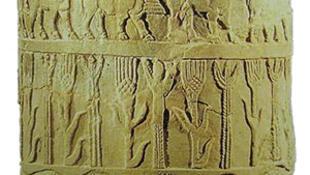 Фрагмент Урукской вазы, с изображениями сельскохозяйственных животных и колосьев пшеницы — Шумер, прибл. 3200-3000 л. до н.э. (Национальный музей Ирака)