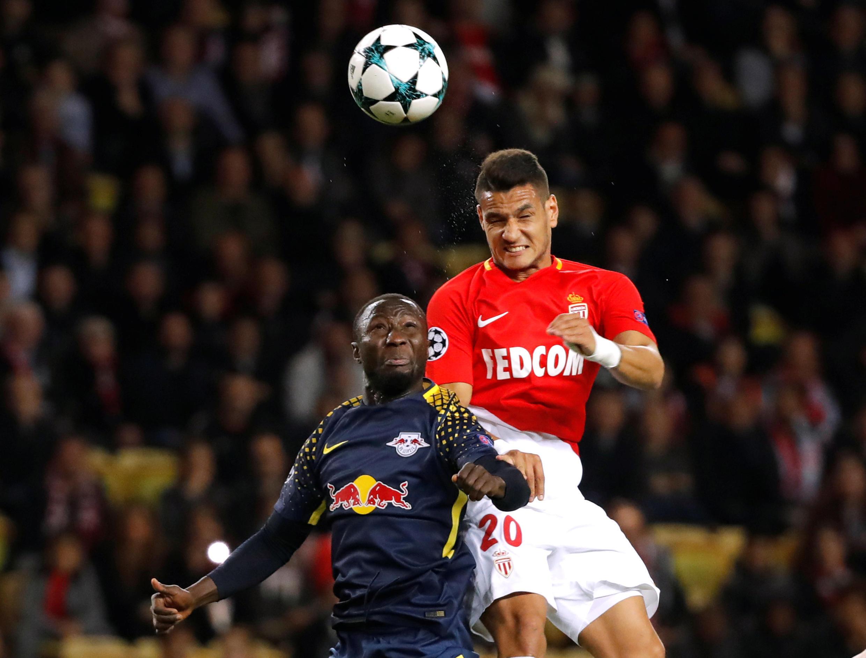 Le Guinéen Naby Keita, ici à la lutte avec le Monégasque Rony Lopes, a inscrit le quatrième but de Leipzig lors de sa victoire face à Monaco le 21 novembre 2017.