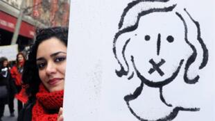 «L'absence d'avancées récentes dans la réduction des inégalités professionnelles entre hommes et femmes domine la Journée internationale des femmes», selon féministes, syndicats et économistes. Paris, 7 mars 2009.