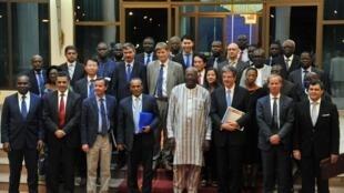 Le président burkinabè Roch Marc Christian Kabore (c) entouré des ambassadeurs du Conseil de sécurité de l'ONU, le 22 octobre à Ouagadougou.