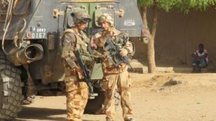 Des soldats de l'opération Barkhane dans le centre de Gao.
