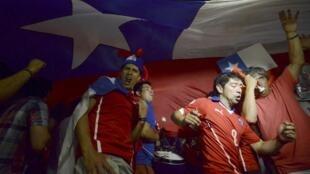 'Yan kasar Chile suna murnar doke Spain a gasar cin kofin duniya da ake gudanarwa a Brazil.