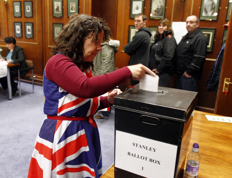 A população das Malvinas (para os argentinos) ou Falklands (para os britânicos) foram às urnas neste domingo (10) e hoje (11) em um referendo que decidirá sobre a possibilidade de as ilhas continuarem sendo território britânico ultramarino.