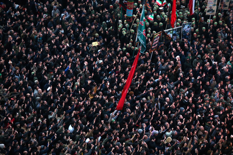 無數伊朗人周六在德黑蘭哭悼伊朗革命衛隊將軍卡西姆-蘇萊曼尼