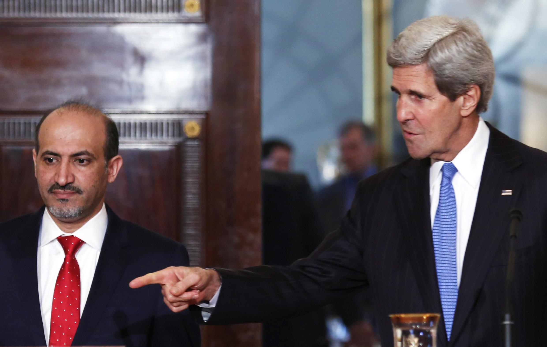 Le chef de la coalition de l'opposition syrienne Ahmad Jarba (g.) et John Kerry à Washington, le 8 mai 2014.