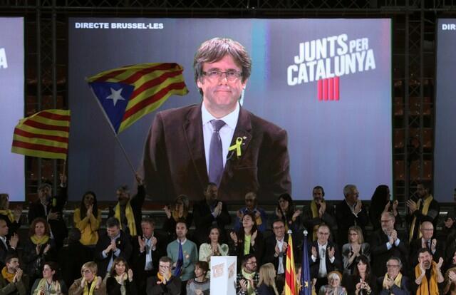 Предвыборный митинг в Барселоне с Карлесом Пучдемоном по видеосвязи