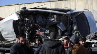 اتوموبیل حامل پزشکان در کابل که بر اثر انفجار یک مین مقناطیسی در هم شکسته شد و پنج تن از سرنشینان آن کشته شدند ـ ۲ جدی/ دی ۱۳۹۹ برابر با ۲۲ دسامبر ۲۰۲۰