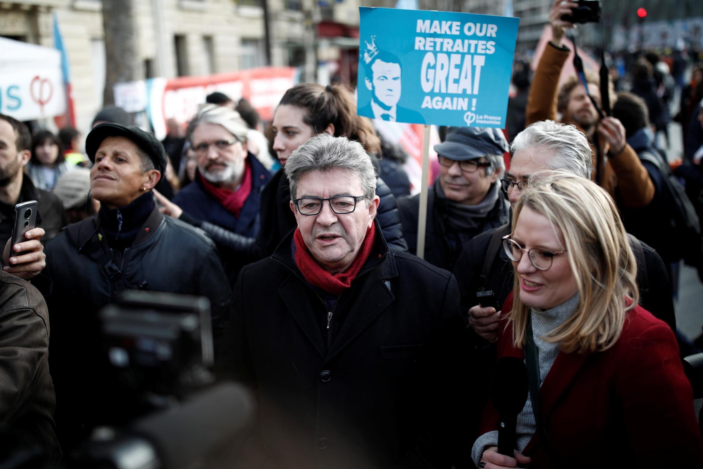 Jean-Luc Mélenchon, líder da esquerda radical (no centro da imagem), é um dos signatários do texto em apoio ao movimento que contesta a reforma da Previdência na França.