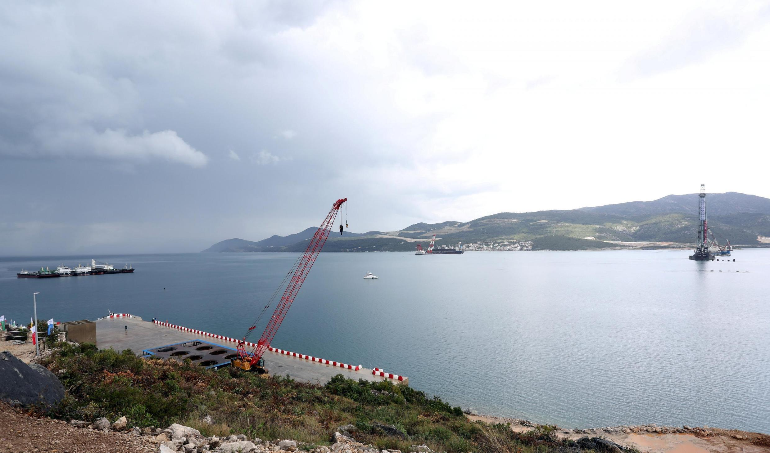 Vue générale de la construction du pont de Peljesac par la China Road and Bridge Corporation  reliera la région de Dubrovnik au reste de la Croatie en enjambant la seule zone côtière contrôlée par la Bosnie.