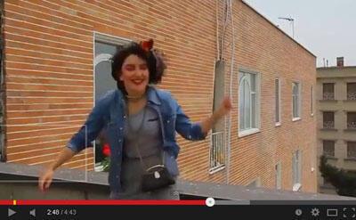 صحنه ای از موزیک ویدئوی «هپی» برگرفته از نسخه ویدئوئی