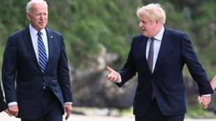 El presidente Joe Biden (l) participará en la cumbre del G7, en su primer viaje al extranjero, en el que se reunió con el primer ministro británico Boris Johnson (D), en Carbis Bay el 10 de junio de 2021