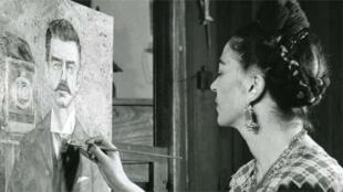 Frida Kahlo pintando un retrato de su padre, en 1951.