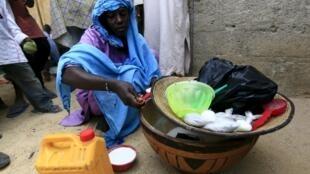 Une femme vend des sachets de lait aux populations déplacées à Maiduguri au Nigeria, le 09 Mars 2016.