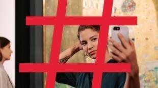 Campanha critica excesso de uso do smartphone durante turismo