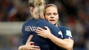 La capitaine française Amandine Henry et la buteuse Eugénie Le Sommer lors de France-Norvège.