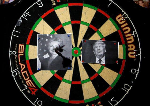 Những người ủng hộ ông Donald Trump chơi trò ném phi tiêu nhắm vào ứng cử viên Dân Chủ Hillary Clinton. Trong một quán bar tại Jerusalem, Israel, sau ngày bầu cử, 09/11/2016,