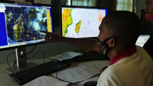 PHOTO Salle de prévisions Météo - tempête Chalane