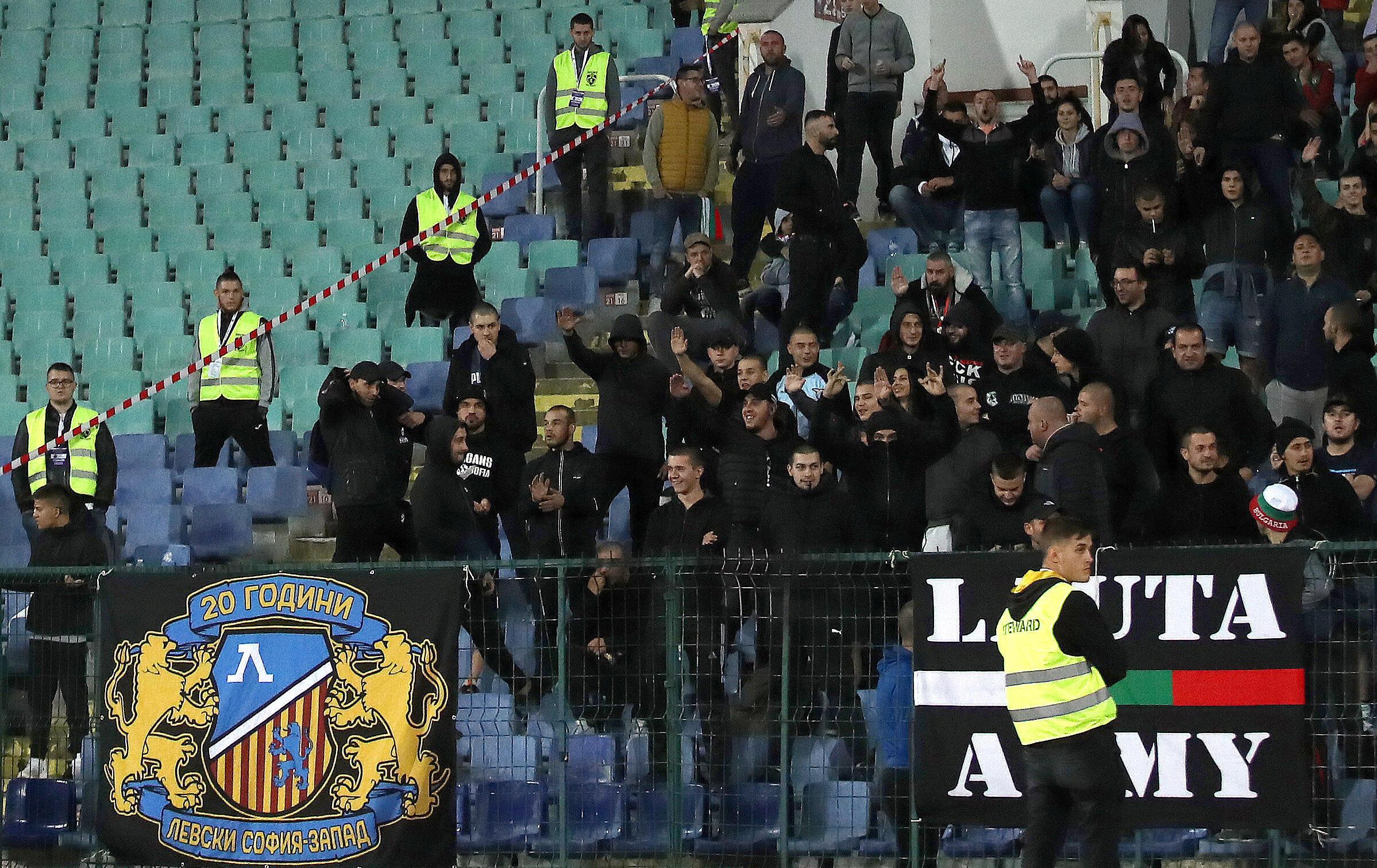 Torcedores vigiados pelos agentes de segurança durante a partida entre Bulgária e Inglaterra pelas eliminatórias da Eurocopa 2020.