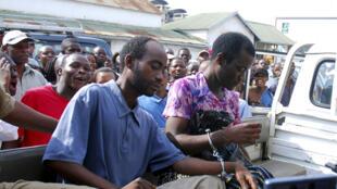 Steven Monjeza (g) et Tiwonge Chimbalanga, condamnés à 14 ans d'emprisonnement pour homosexualité, le 4 janvier 2010, à Blantyre (Malawi).