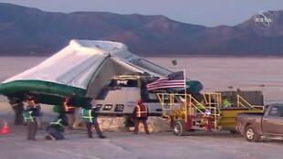 A cápsula Starliner CST-100 terminou a viagem no deserto do Novo México, no oeste dos Estados Unidos. (22/12/2019)